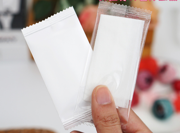 (Instant Pick Universal White Wipes Ready Stock) (Box/2500) One-Time Take-Out Single-Packaged Individually Wrapped Mini Wet Wipes Gentle Ro Pure Water Non-Alcoholic Ingredients